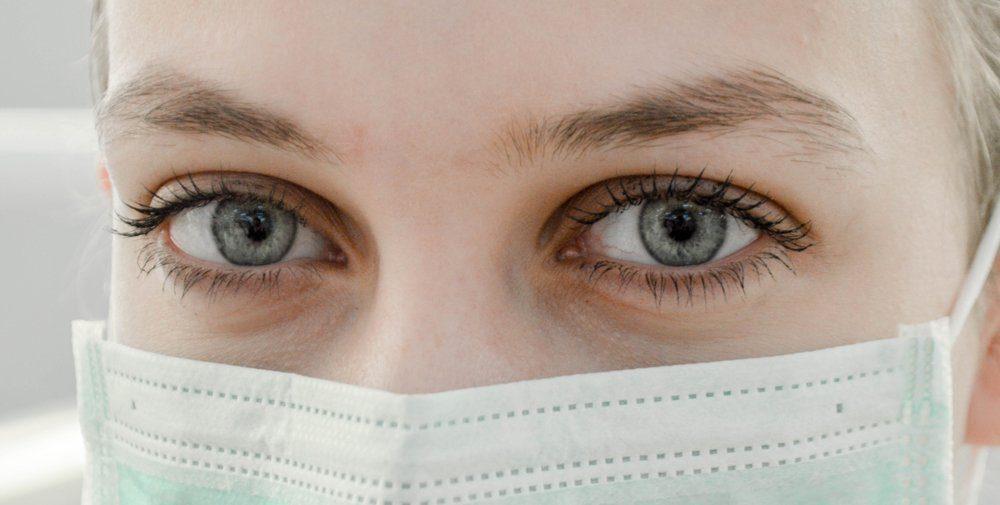 sguardo con mascherina chirurgica