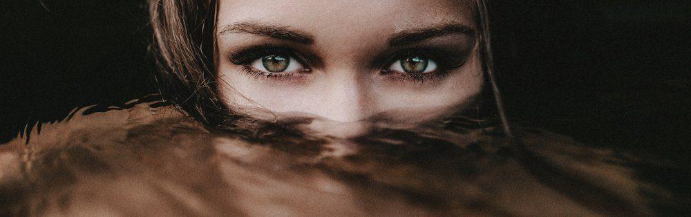 immagine di donna con sguardo seducente
